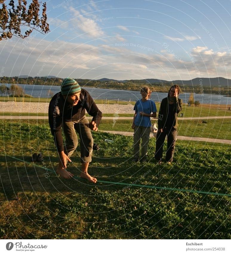 Slackline am See Mensch Natur Jugendliche Sommer Freude Erwachsene Leben Landschaft Sport Spielen Berge u. Gebirge Freiheit Bewegung Freundschaft maskulin