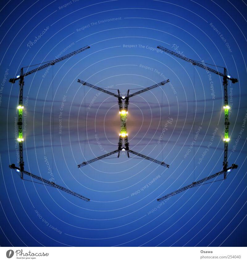 [><] Kran Baukran Reflexion & Spiegelung Himmel Surrealismus Symmetrie Kaleidoskop Dämmerung Kunstlicht Baustelle Menschenleer Textfreiraum Ausleger Träger