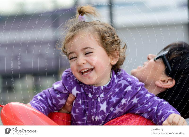Frau Kind Mensch schön Freude Lifestyle Erwachsene Liebe Gefühle lachen Familie & Verwandtschaft Glück klein Spielen Zusammensein Kindheit