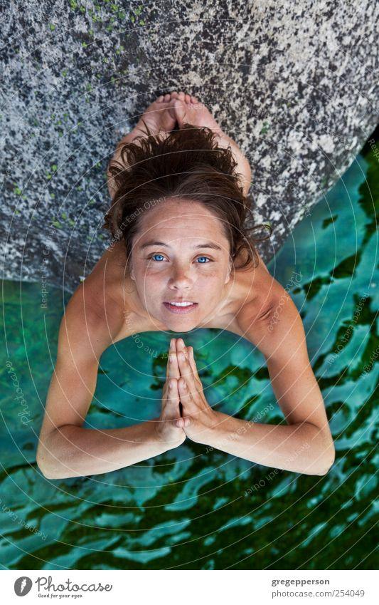 Junge Frau meditiert. Freude Wohlgefühl Meditation Schwimmen & Baden Yoga feminin Jugendliche Hand Finger 1 Mensch 18-30 Jahre Erwachsene Lebensfreude