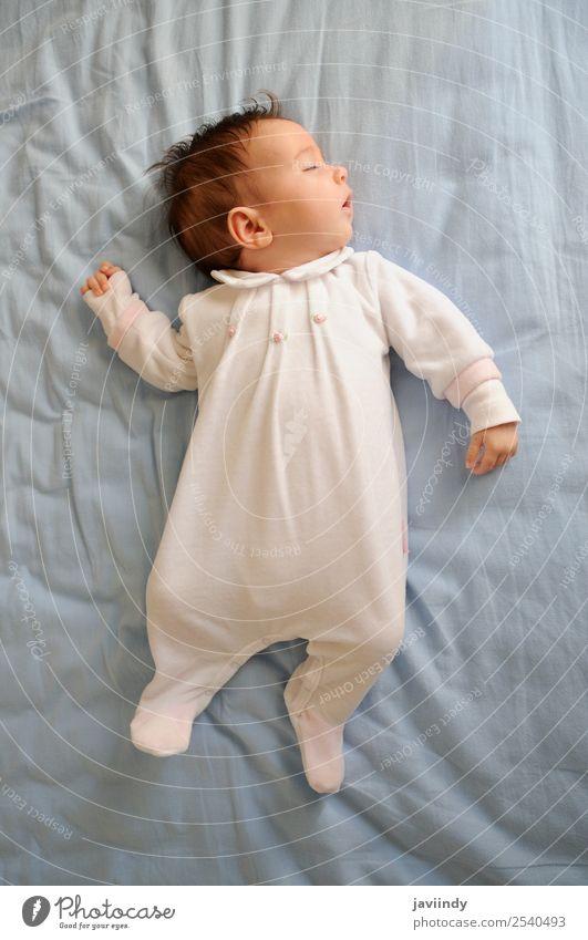 Neugeborenes Babymädchen schläft zu Hause auf blauem Laken Glück schön Gesicht Leben Kind Mensch Mädchen Junge Frau Erwachsene Eltern Kindheit 1 0-12 Monate
