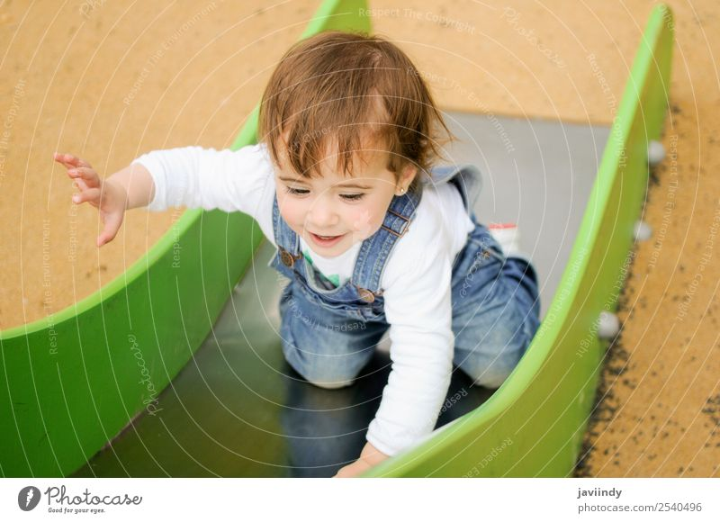 Kleinkind spielt auf dem städtischen Spielplatz Lifestyle Freude Glück schön Freizeit & Hobby Spielen Sommer Klettern Bergsteigen Kind Mensch feminin Baby