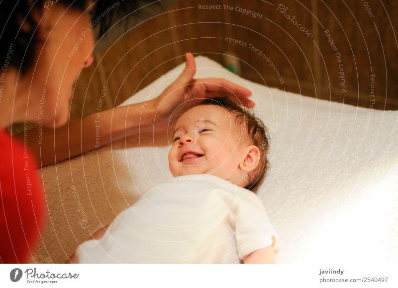 Zwei Monate altes Mädchen, das seine Mutter zu Hause anlächelt Freude Glück schön Gesicht Leben Kind Fotokamera Mensch Baby Junge Frau Jugendliche Erwachsene