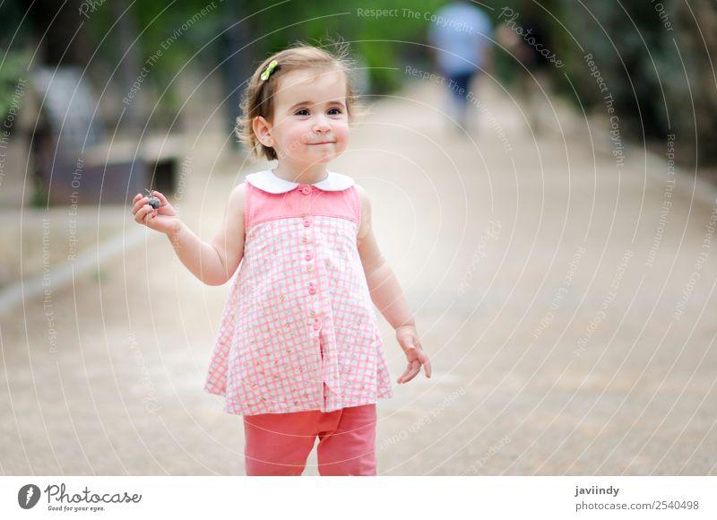 Kleines Mädchen spielt in einem Stadtpark Lifestyle Freude Glück schön Freizeit & Hobby Spielen Sommer Kind Mensch Frau Erwachsene Kindheit 1 1-3 Jahre
