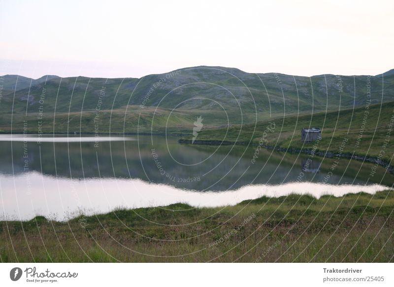 Meine kleine Hütte Holz See Reflexion & Spiegelung Gras Einsamkeit abgelegen verfallen alt schäbig Wasser Berge u. Gebirge ruhig Felsen