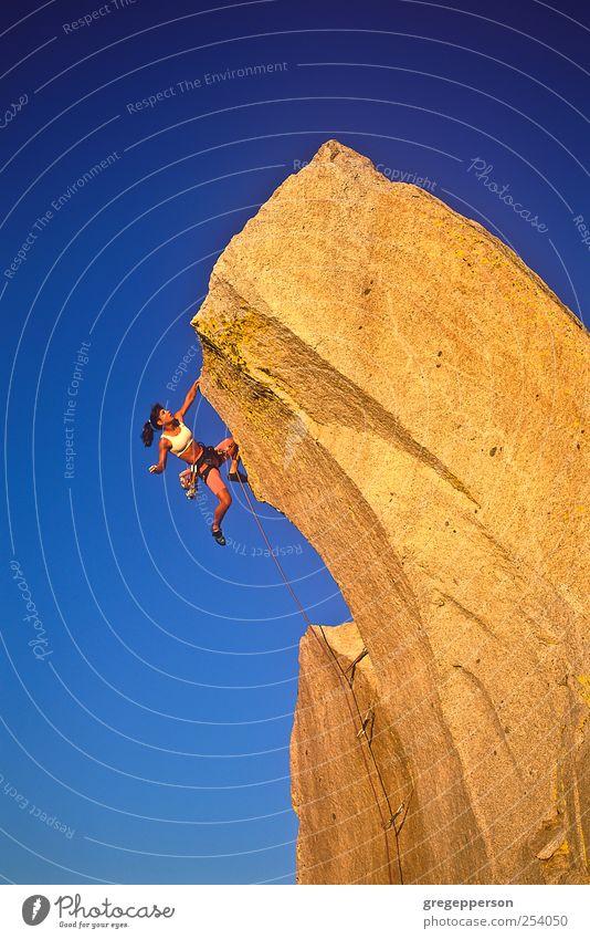 Weibliche Klettererin, die sich an den Rand klammert. Leben Abenteuer Sport Klettern Bergsteigen Erfolg Seil Junge Frau Jugendliche 1 Mensch 18-30 Jahre