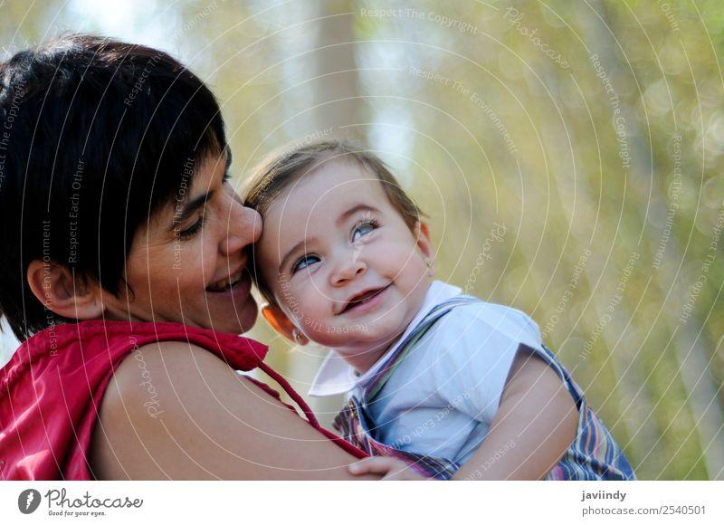Mutter und Tochter beim Spielen im Wald schön Freizeit & Hobby Kind Mensch feminin Baby Mädchen Junge Frau Jugendliche Erwachsene Kindheit 2 0-12 Monate