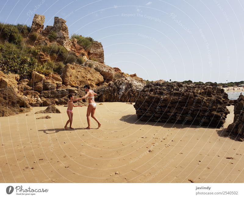 Mutter und kleine Tochter beim Vergnügen am Strand Lifestyle Freude Glück schön Spielen Ferien & Urlaub & Reisen Sommer Sonne Meer Kind Mensch feminin Mädchen
