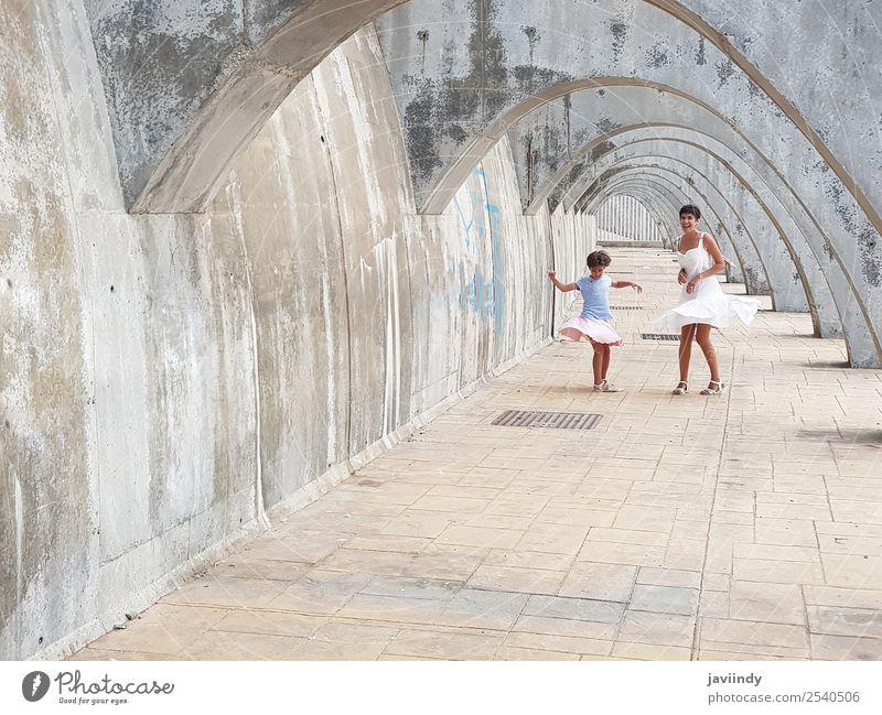 Lustige Mutter und Tochter tanzen unter Bögen. Lifestyle Stil Freude Glück schön Spielen Sommer Tanzen Kind Mensch feminin Frau Erwachsene Eltern