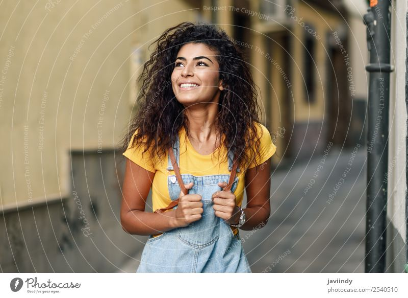 Junge arabische Touristenfrau mit schwarzer lockiger Frisur Lifestyle Stil Glück schön Haare & Frisuren Gesicht Tourismus Mensch feminin Junge Frau Jugendliche