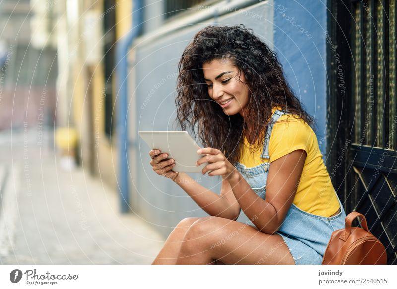 Frau Mensch Jugendliche Junge Frau schön 18-30 Jahre schwarz Straße Lifestyle Erwachsene feminin Glück Stil Tourismus Haare & Frisuren modern