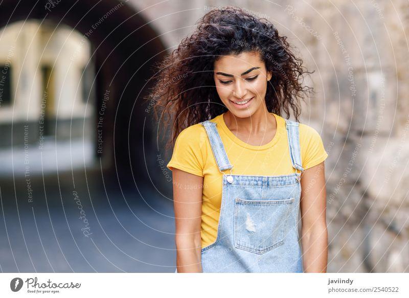 Junge arabische Frau mit lockiger Frisur im Freien Lifestyle Stil Glück schön Haare & Frisuren Gesicht Tourismus Mensch feminin Junge Frau Jugendliche