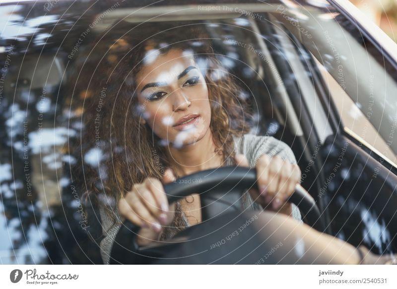Schöne junge arabische Frau fährt ein schönes weißes Auto. Lifestyle Haare & Frisuren Gesicht Ferien & Urlaub & Reisen Ausflug Mensch feminin Junge Frau
