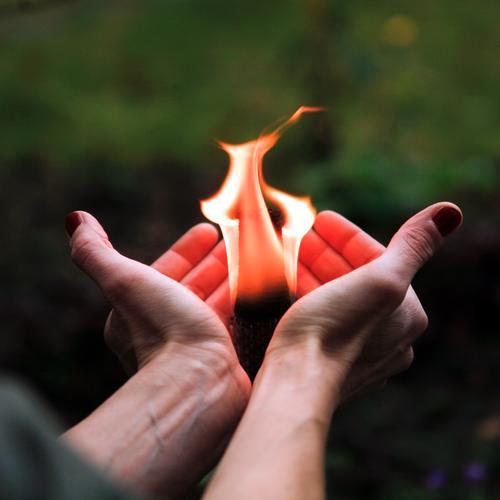schön ist eigentlich alles, was man mit Liebe betrachtet Freizeit & Hobby Leben Hand 1 Mensch Feuer beobachten berühren festhalten tragen außergewöhnlich heiß