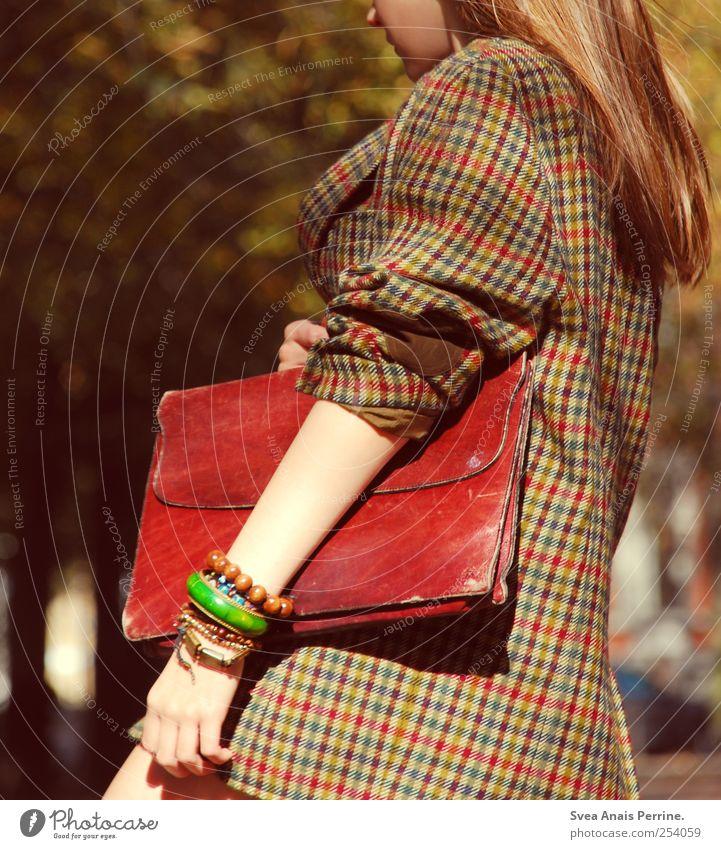 warum trägst du dieses dumme Menschenkostüm Jugendliche feminin Erwachsene Haare & Frisuren Mode Park gehen festhalten dünn Jacke 18-30 Jahre Schmuck brünett