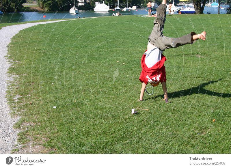 Erinnerung an den Sommer Kind Mann Freude Sport Wiese Spielen See Turnen Unbeschwertheit Handstand Radschlagen