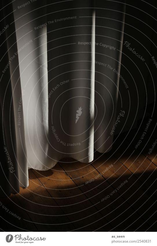 Hinterm Vorhang Wohnung Raum Halloween Mauer Wand Dielenboden Faltenwurf Flur hängen authentisch bedrohlich gruselig retro braun schwarz Gefühle Stimmung Angst