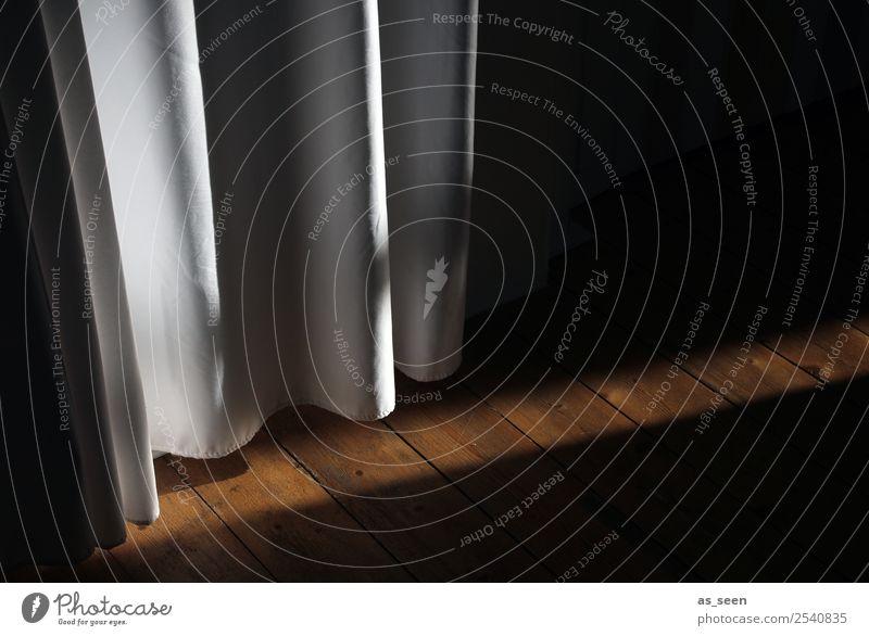 Hinterm Vorhang Raum Halloween Tür Flur Dielenboden Faltenwurf authentisch dunkel retro braun schwarz weiß Gefühle Stimmung ruhig Neugier Angst geheimnisvoll