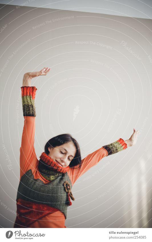 nochmal strecken und dann geht´s los. Frau Mensch Jugendliche feminin Erwachsene orange Zufriedenheit Arme Freundlichkeit Lächeln Gelassenheit 18-30 Jahre