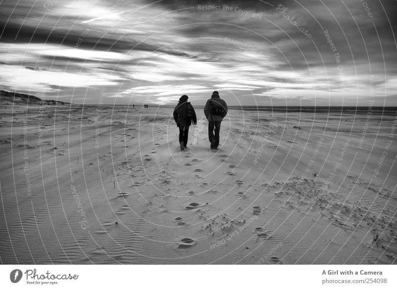 Spiekeroog l auf und davon laufen maskulin Paar Partner Erwachsene Leben 2 Mensch Umwelt Natur Landschaft Urelemente Sand Himmel Wolken Gewitterwolken Nordsee