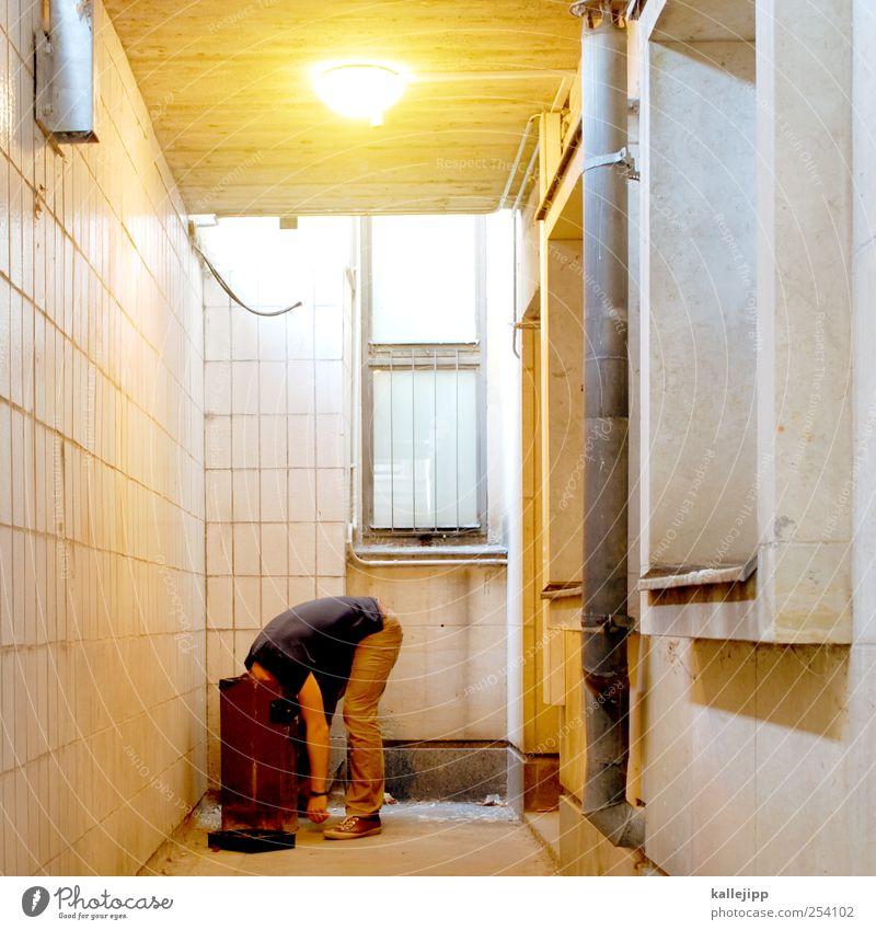 das geheimnis der einhorn Mensch maskulin Mann Erwachsene 1 Blick Müllbehälter Fass Suche Erbrechen Übelriechend Recycling Röhren Wertstoff Farbfoto mehrfarbig