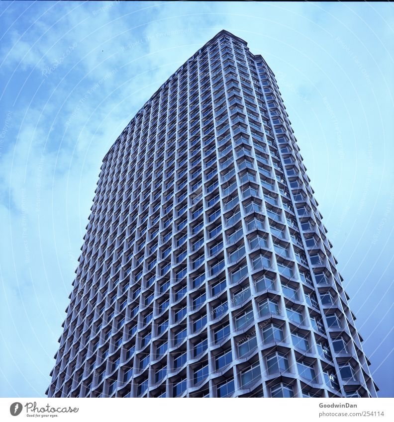 Überblick. Himmel Wolken Hauptstadt Stadtzentrum Fußgängerzone Menschenleer Haus Hochhaus Bauwerk Gebäude Architektur eckig Ferne gigantisch groß viele Farbfoto