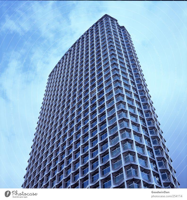 Überblick. Himmel Wolken Haus Ferne Architektur Gebäude Hochhaus groß Bauwerk viele Stadtzentrum Hauptstadt eckig gigantisch Fußgängerzone