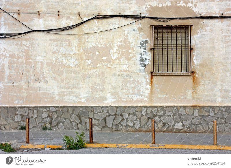 Kabellage alt Haus Fenster Wand Mauer Gebäude Fassade Energiewirtschaft Häusliches Leben Technik & Technologie Bauwerk Bürgersteig trashig Gitter Poller