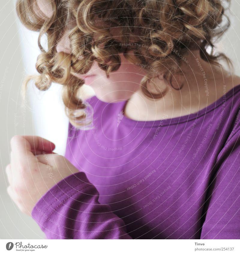 Mädchen mit blonden Locken und lila Shirt feminin Junge Frau Jugendliche Kopf Haare & Frisuren 1 Mensch violett T-Shirt Hand lockig Korkenzieherlocken schön