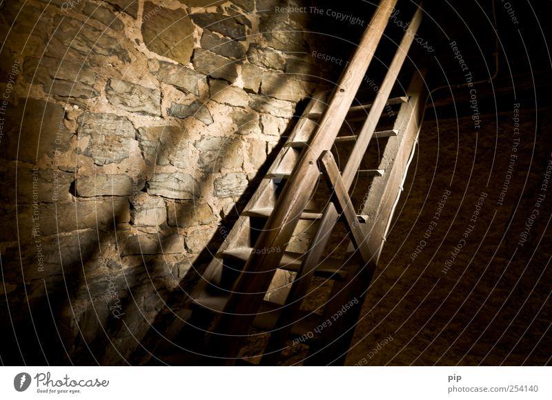 rauf Ruine Turm Mauer Wand Treppe Treppengeländer alt braun aufwärts abwärts Lichtstrahl dunkel hell Holz Steinmauer antik aufsteigen Farbfoto Gedeckte Farben