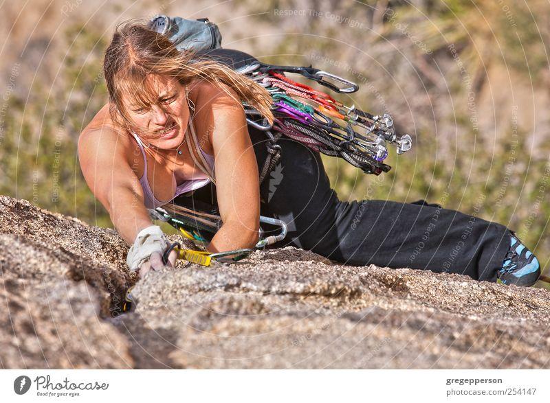 Mensch Frau Jugendliche Erwachsene Leben feminin Sport Zufriedenheit Kraft Erfolg 18-30 Jahre Klettern Vertrauen Risiko Mut sportlich