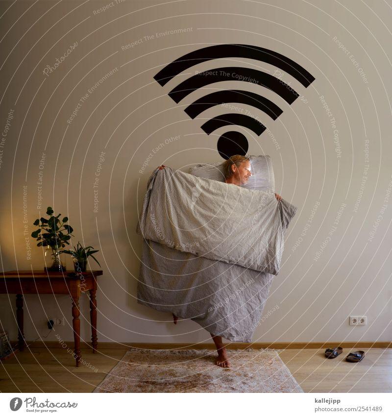 stay online! Mensch Lifestyle Erwachsene Innenarchitektur Lampe Häusliches Leben Wohnung träumen Technik & Technologie Telekommunikation 45-60 Jahre Tisch