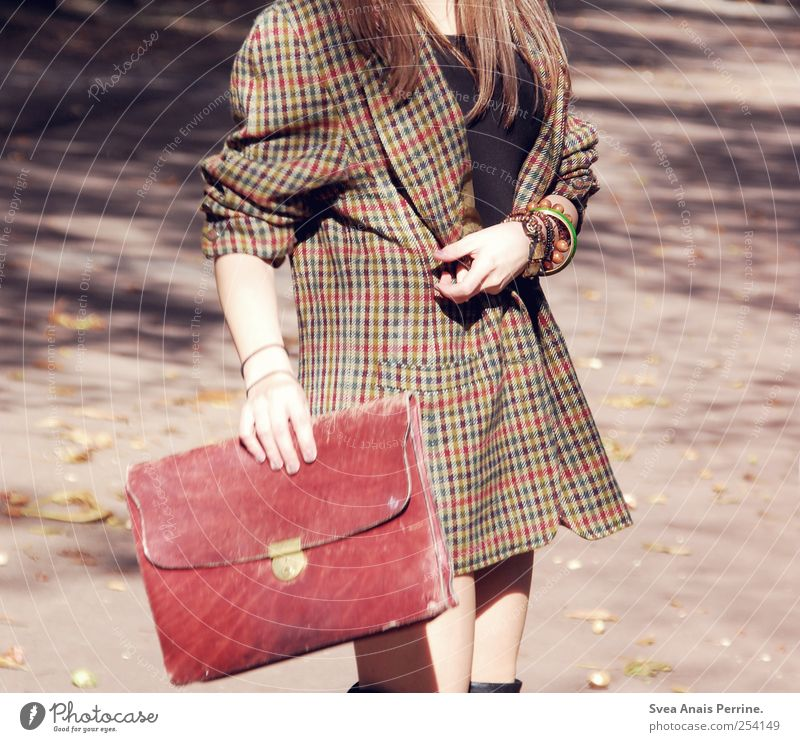 ... Mensch Jugendliche feminin Erwachsene Bewegung Mode gehen retro festhalten dünn 18-30 Jahre Schmuck brünett Mantel Junge Frau Accessoire