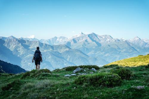 The lonely wanderer Mensch Ferien & Urlaub & Reisen Jugendliche Mann Ferne Berge u. Gebirge 18-30 Jahre Erwachsene Tourismus Freiheit Ausflug wandern Abenteuer
