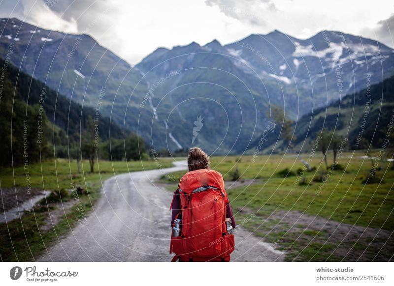 Wandertag Frau Natur rot Einsamkeit Berge u. Gebirge Erwachsene natürlich Wege & Pfade wandern Fußweg Gipfel Spaziergang Paradies Bergsteigen paradiesisch Tal