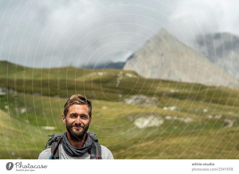 The Wanderer Mann Erwachsene wandern Abenteuer Bergsteiger Sportler Ferien & Urlaub & Reisen Bergsteigen Berge u. Gebirge Berghang Gipfel Rucksack