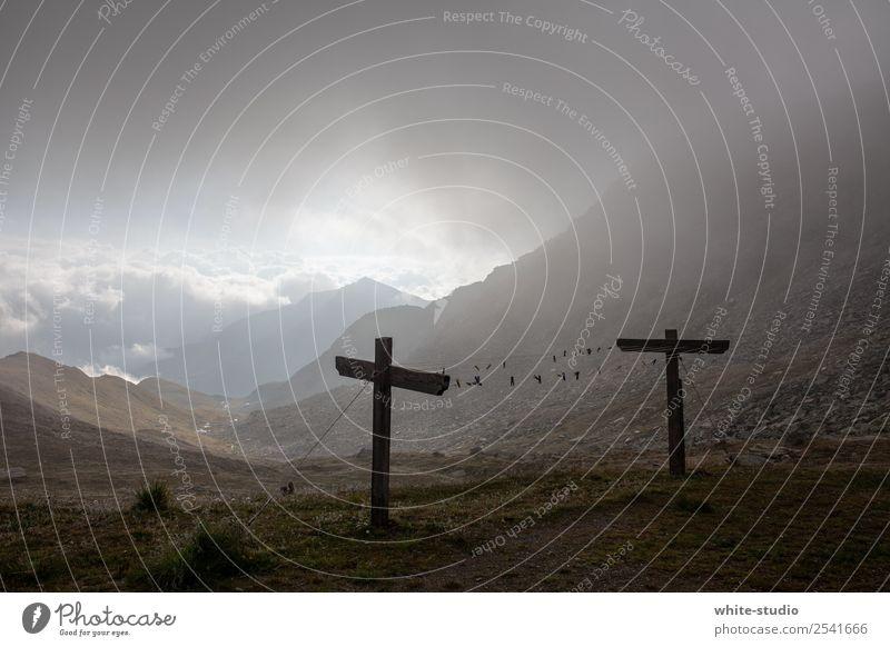 Düsterland Natur Berge u. Gebirge dunkel Umwelt wandern Nebel Wetter Christliches Kreuz Tal mystisch Endzeitstimmung Nebelschleier Nebelwand Nebelbank