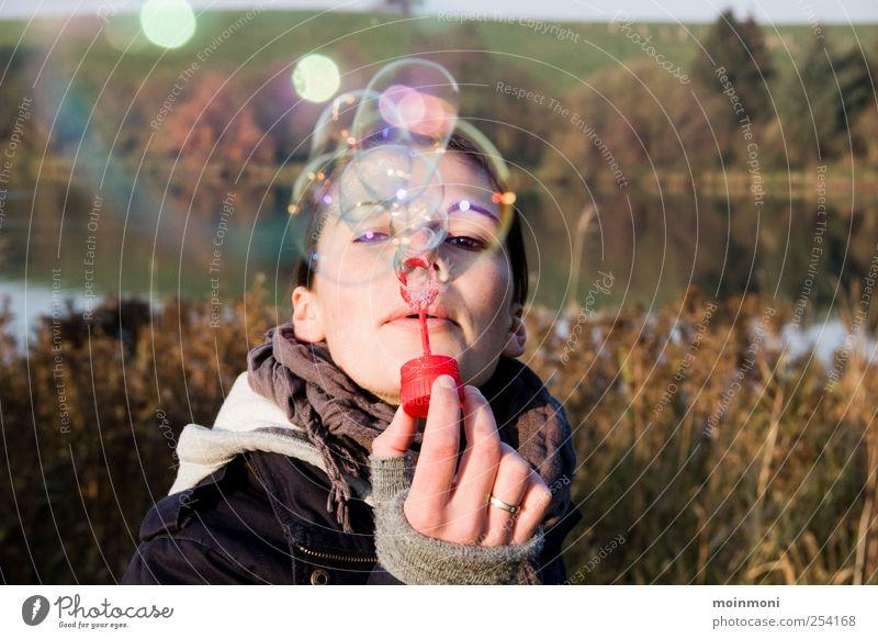 happy-sunday-bubbles feminin Kindheit 1 Mensch Natur Luft Herbst Schönes Wetter Seeufer Spielzeug Erholung fliegen glänzend genießen Spielen leuchten träumen