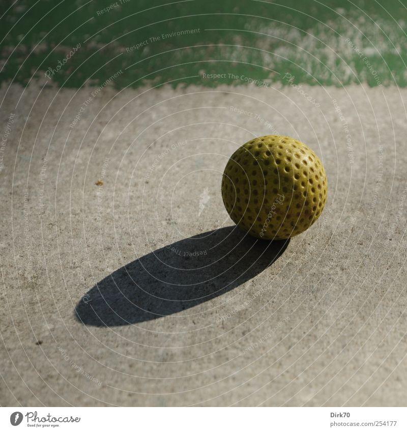 Ruhe vor dem Schlag grün ruhig gelb grau Freizeit & Hobby Beton Kreis rund Ball Kunststoff Konzentration Kugel Golf Spielplatz Golfplatz kreisrund