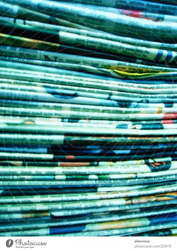 zeitungen blau Business Printmedien Papier Zeitung Zeichen viele Sammlung Stapel Zeitschrift Textfreiraum Text Druckerzeugnisse abstrakt Management Altpapier