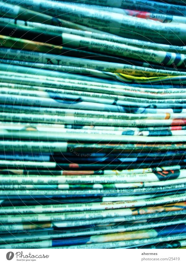 zeitungen Medienbranche Business Zeitung Zeitschrift Papier Zeichen blau Text Stapel Farbfoto mehrfarbig Innenaufnahme Nahaufnahme Experiment abstrakt
