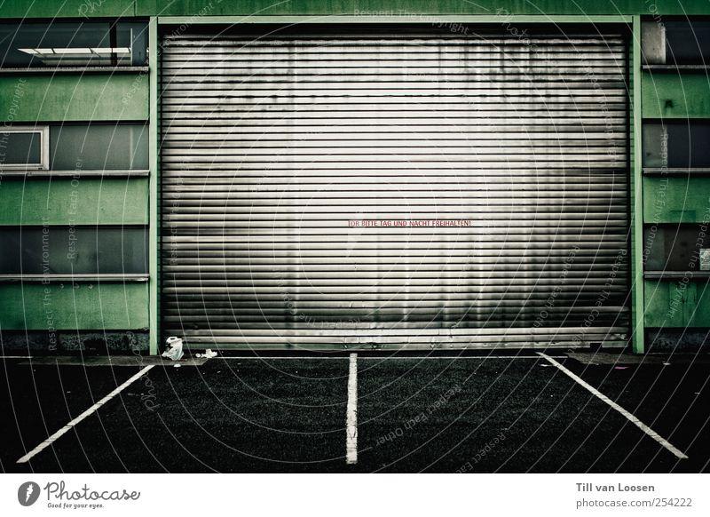 Jens Lehmann Mauer Wand Fenster Tür Verkehrswege Zeichen dreckig grün schwarz weiß Garagentor Linie Einfahrt dunkel Silber Tor Asphalt Aufschrift Müll Farbfoto