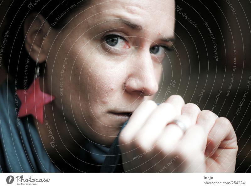 du stehst zu oft fragend vorm Spiegel Lifestyle elegant Stil Frau Erwachsene Leben Gesicht Hand 1 Mensch Schmuck Ring Ohrringe Stern (Symbol) Blick Traurigkeit