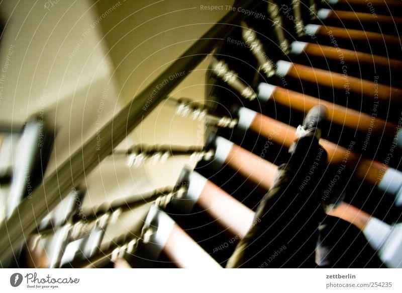 Treppe runter Haus Wand Berlin Mauer Beine Fuß Wohnung Häusliches Leben laufen Abenteuer Geländer Eile Wohnhaus Treppenhaus Stadtzentrum