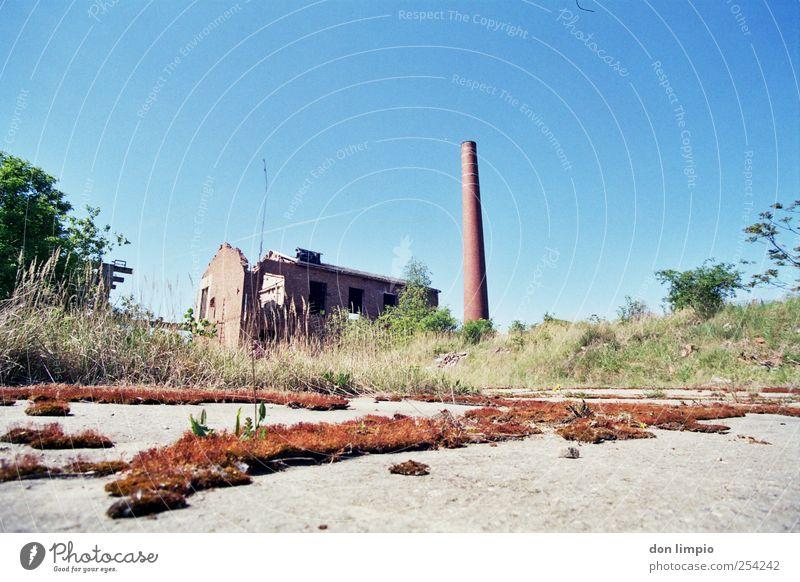 industrieruine Wirtschaft Industrie Menschenleer Industrieanlage Fabrik Ruine Bauwerk Schornstein dehydrieren Ferne Endzeitstimmung Krise stagnierend Stimmung
