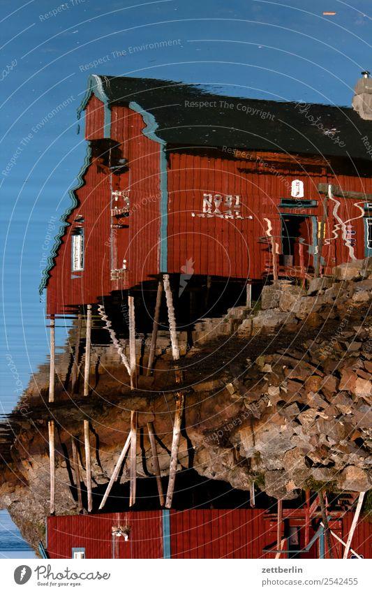 Gespiegelte Rorbu in Å falunrot Fischereiwirtschaft Fischereihafen Fischerhütte maritim Natur Norwegen Reisefotografie Schweden Skandinavien Hütte Fassade Wand