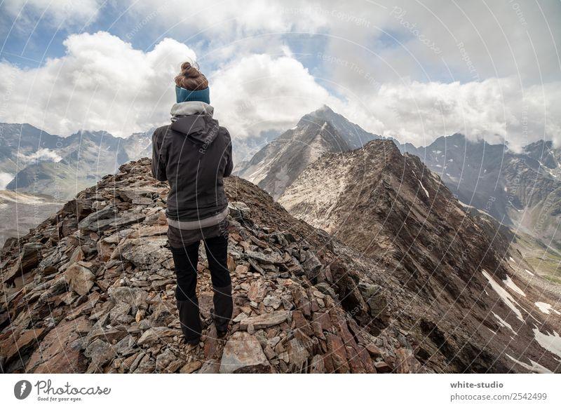 Bergwelten Gesunde Ernährung sportlich Fitness Zufriedenheit Sommer Sommerurlaub Berge u. Gebirge wandern Sport Klettern Bergsteigen Frau Erwachsene 1 Mensch