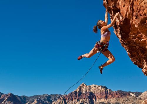 Kletterer am Rand. Leben Abenteuer Sport Klettern Bergsteigen Erfolg Seil Junge Frau Jugendliche 1 Mensch 18-30 Jahre Erwachsene hängen sportlich Lebensfreude