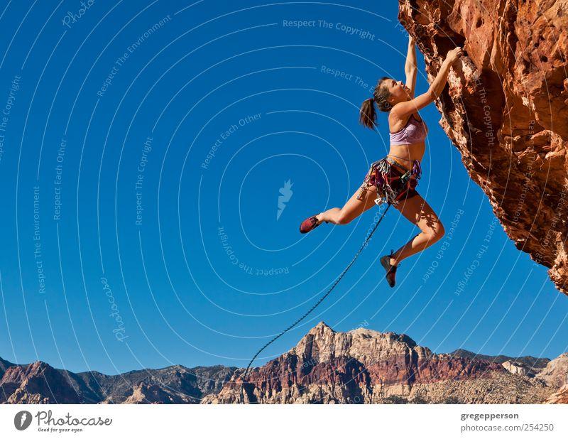 Mensch Jugendliche Einsamkeit Erwachsene Leben Sport Kraft Abenteuer Seil Erfolg 18-30 Jahre Junge Frau Klettern Vertrauen Risiko Mut
