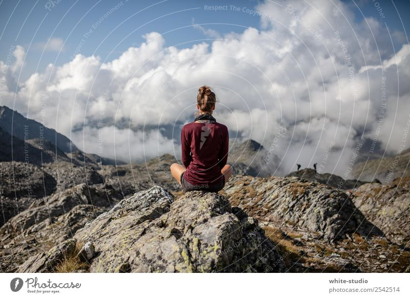 Meditation Frau Erwachsene wandern genießen Schneidersitz Aussicht Berge u. Gebirge Pause Erholung ruhig Bergsteigen Ferien & Urlaub & Reisen Aktivurlaub Alpen